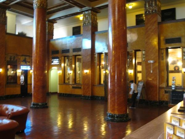 10_inside Gadsden_lobby bis